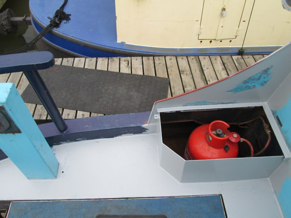 Painting a narrowboat stern